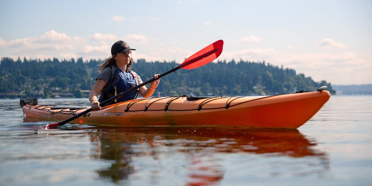 Kayaking: Chèo thuyền vượt thác hoặc vùng biển
