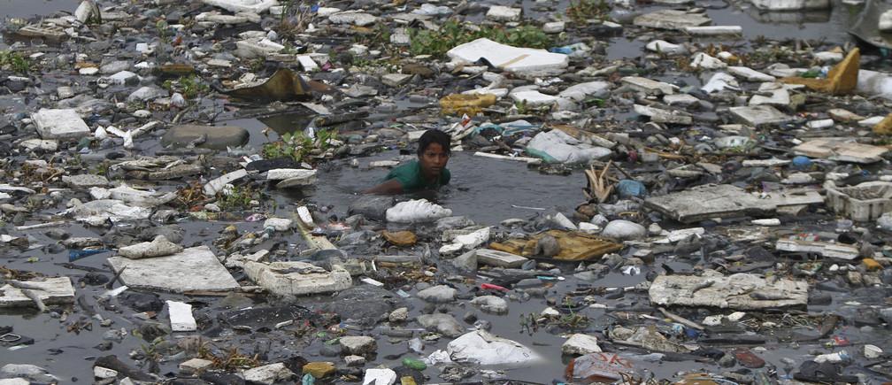 polluted /pəˈluːtɪd/: bị ô nhiễm
