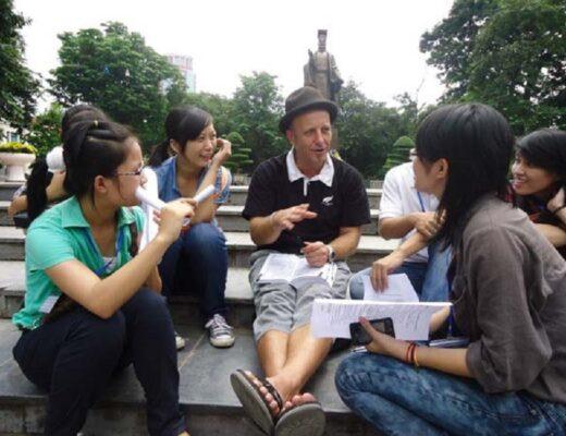 5 lợi ích học tiếng Anh cùng người bản xứ