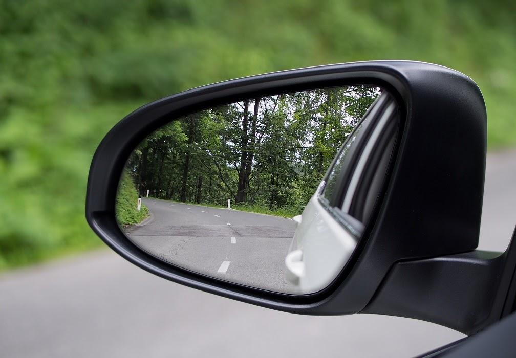 Outside mirror /aʊtˈsʌɪd ˈmɪrə/: gương chiếu hậu