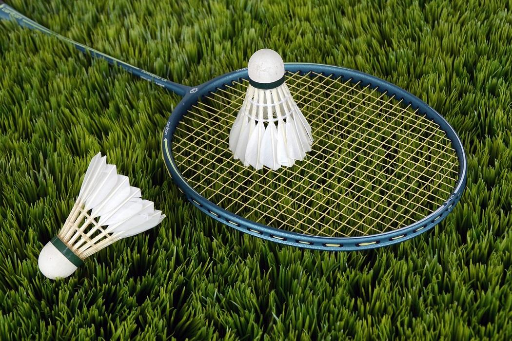 Badminton /'bædmintən/: cầu lông
