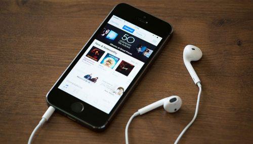 Đọc bản ghi của video hoặc podcast khi bạn nghe